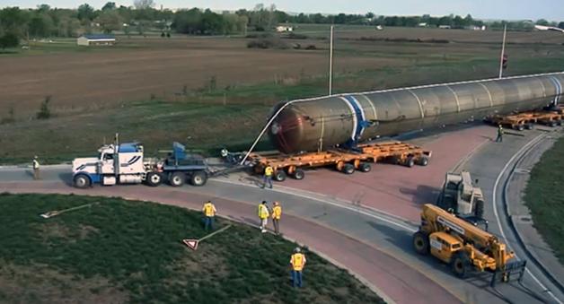 【ビデオ】あまりにも長~い積み荷を載せたトレーラーが環状交差点を横断する!
