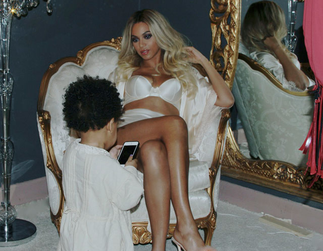 beyonce and blue ivy backstage at Mrs Carter world tour