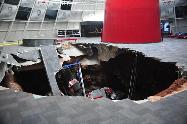 【ビデオ】ナショナル・コルベット・ミュージアムの床に突然、大穴があく!
