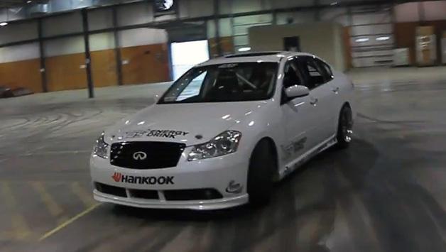 【ビデオ】フォーミュラDのドライバーが倉庫内をドリフトしながら駆け回る!