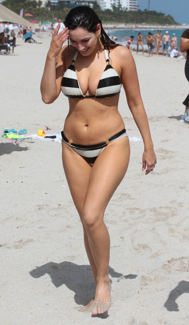 kelly-brook-bikini-pics-miami-holiday