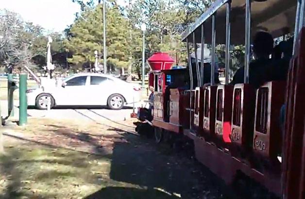 【ビデオ】園内を遊覧する小型の電車がクルマに突っ込む!