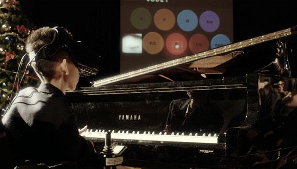 手を使わずに目線だけでピアノを演奏する少年の動画が凄い