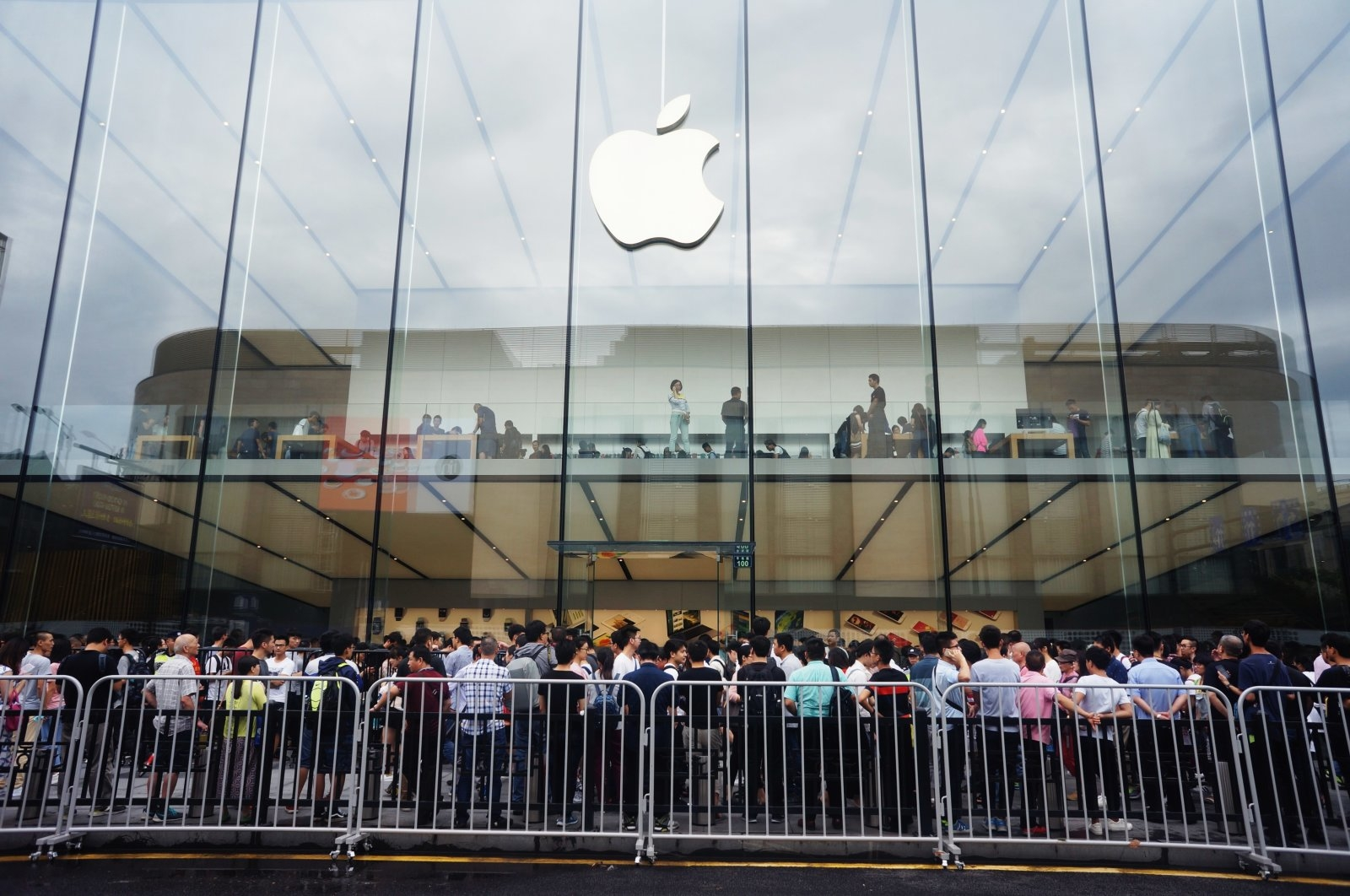 HANGZHOU, CHINA - SEPTEMBER 16: Buyers line up outside an Apple Store after the launch of iPhone 7 and iPhone 7 Plus handsets on September 16, 2016 in Hangzhou, China. The black versions of iPhones have been a hit, with scalpers selling black 256G iPhone 7 Plus at over US$ 3,000, according to local media. PHOTOGRAPH BY Feature China / Barcroft Images London-T:+44 207 033 1031 E:hello@barcroftmedia.com - New York-T:+1 212 796 2458 E:hello@barcroftusa.com - New Delhi-T:+91 11 4053 2429 E:hello@barcroftindia.com www.barcroftimages.com (Photo credit should read Feature China / Barcroft Images / Barcroft Media via Getty Images)