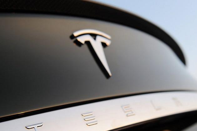 テスラ「モデルS」の自動運転機能による追突事故 悪いのはオーナー? それともクルマ?