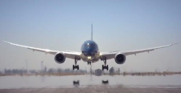 ボーイング最新鋭機が急角度な離陸や旋回を繰り広げるデモフライトがカッコよすぎる
