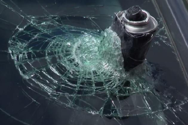 【注意】高温になった車内でヘアスプレーの缶が爆発し、フロントガラスを貫通!