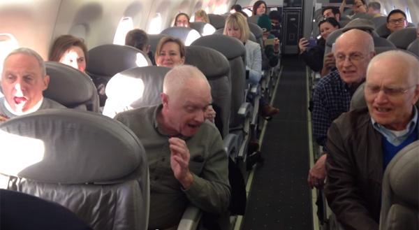 ハモりまくりのコーラスを機内で披露するおじいちゃん一行が凄すぎると話題【動画】