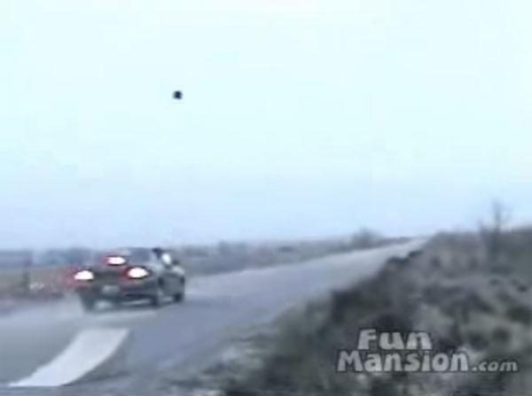 走行中の車にボーリングの球を投げると大変なことになります【動画】