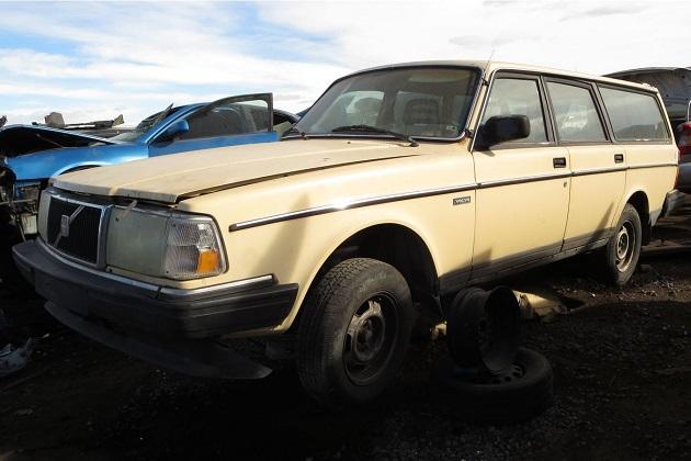 1980年代に人気を博した頑丈なステーションワゴン、ボルボ「240 エステート」を廃車置場で発見