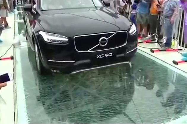 【ビデオ】ボルボ「XC90」が、中国の渓谷に架けられたガラスの橋を渡る!