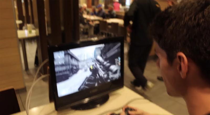 目立ちまくりwww マクドナルドにプレステとモニターを持ち込み「Call of Duty」をプレイするゲーマーが話題に
