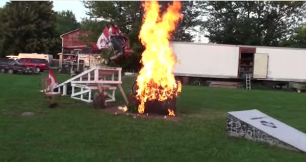 ウォーボーイズかよ!命知らずの特攻野郎がカートで火の中にヒャッハー!【動画】