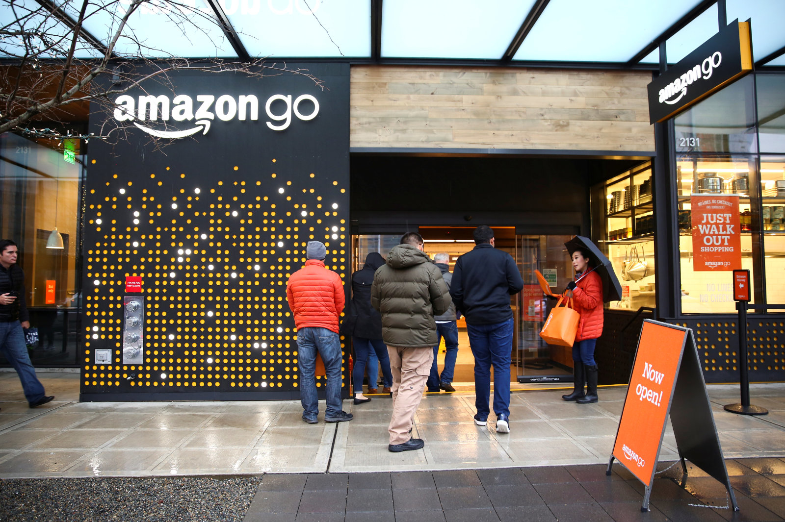 People are offered free reusable bags as they enter the new Amazon Go store at Amazon's Seattle headquarters in Seattle, Washington, U.S., January 29, 2018.  REUTERS/Lindsey Wasson