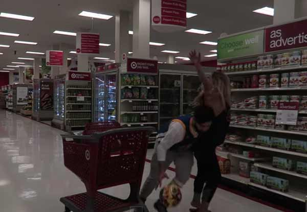 バスケが好きすぎるバカップルがスーパーマーケットで大暴れwww【動画】