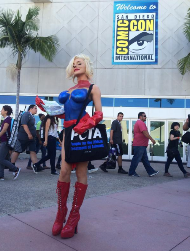 Courtney stodden wears nothing but body paint at comic con for Comic con body paint