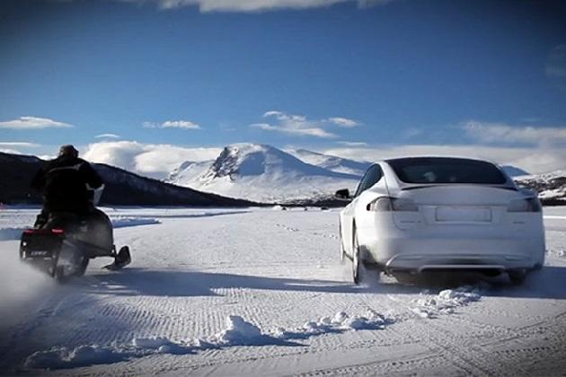 テスラ「モデルS P85D」がスノーモービルと氷上対決!