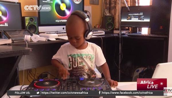 可愛すぎる2歳児の天才DJがスゴすぎるとネット上で話題に【動画】