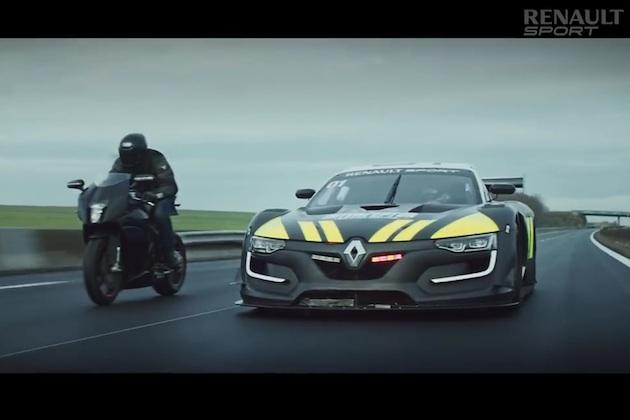【ビデオ】日産「GT-R」のエンジンを積む「ルノー・スポール R.S. 01」警察用車両が、暴走オートバイを追跡!