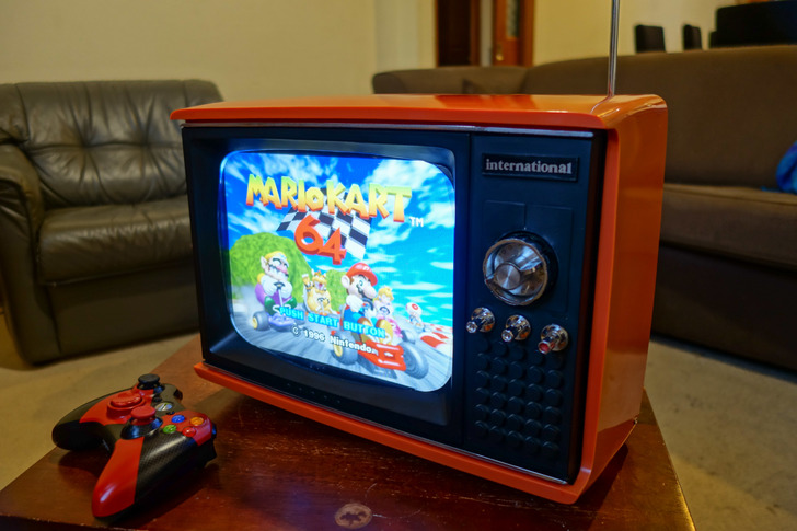 Transforman una vieja televisión en una consola portátil retro