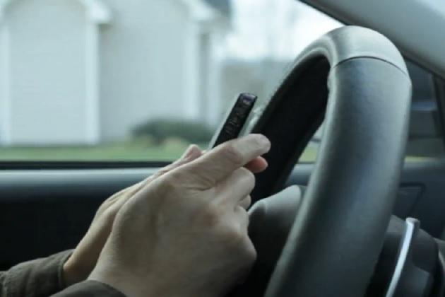 【ビデオ】周囲のドライバーをイライラさせる行為のトップは「運転中のメール」