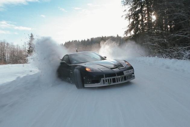 【ビデオ】コルベットとスープラが冬のロシアで雪を巻き上げならが豪快にドリフト!