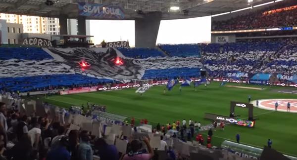 もはや芸術!サッカーファンが観客席で作った人文字メッセージがスゴすぎると話題に【動画】