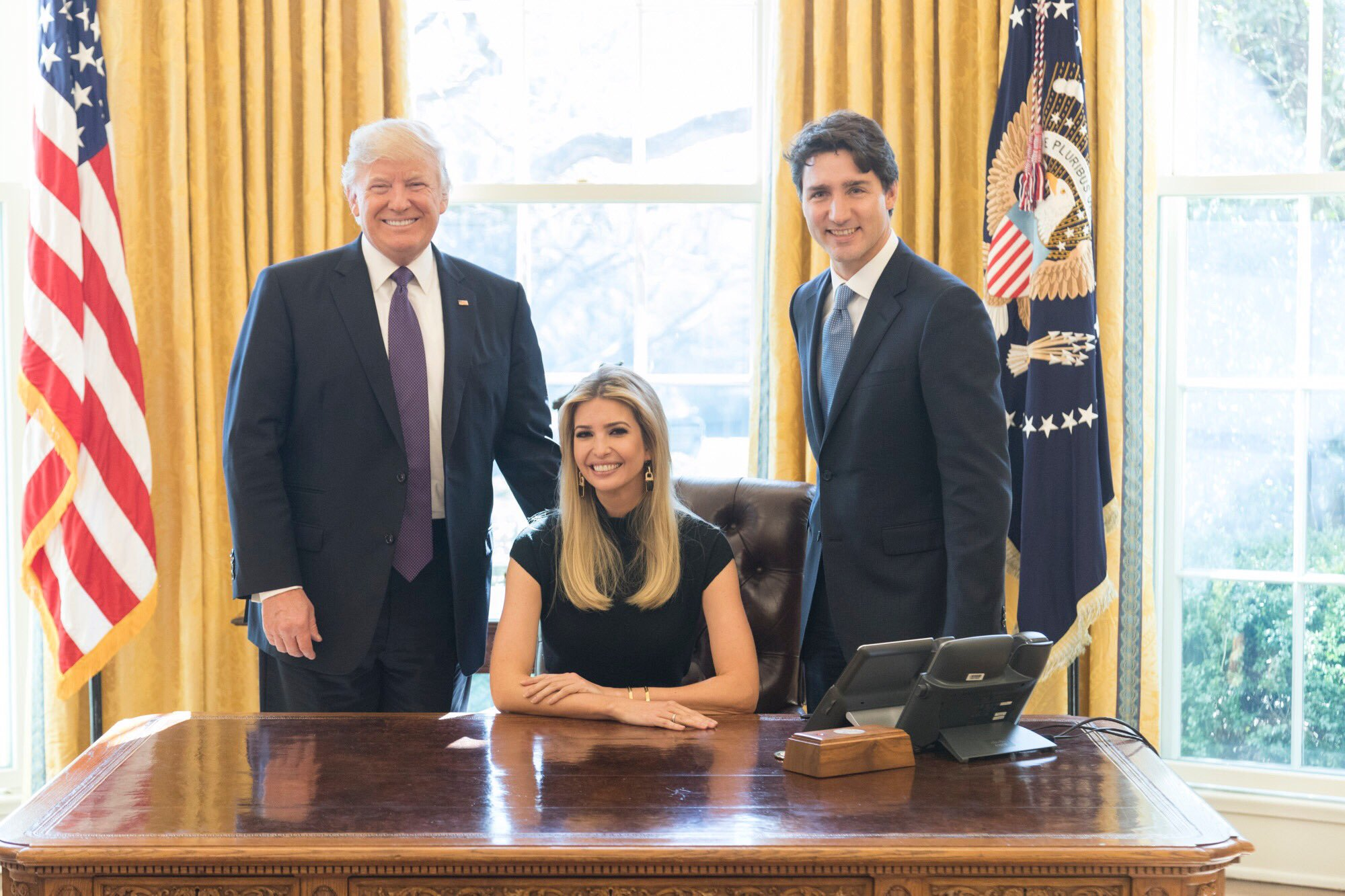 Twitter Ivanka Trump                    Ivanka Trump entre son père et Justin Trudeau premier ministre canadien le 13 février 2017