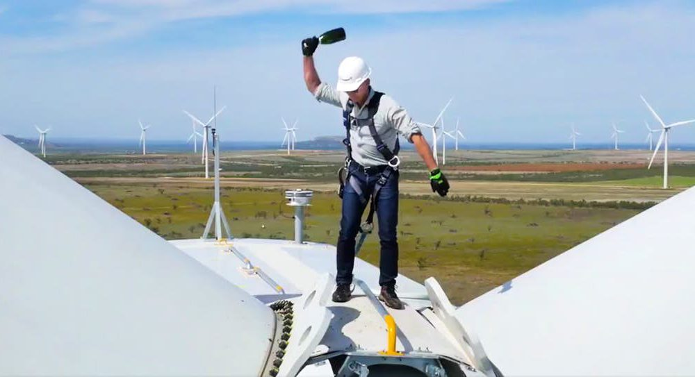 Un Jeff Bezos 'transformer' nos muestra su apuesta clara por las renovables (y su tipazo)