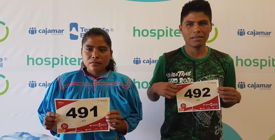 Corredora rarámuri se retira de la ultramaratón por dolor en rodilla