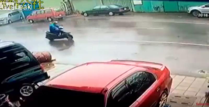 猛威を振るう台風14号が直撃した台湾、脅威の破壊力でバイクごと吹き飛ばされる衝撃の瞬間