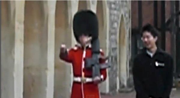 イギリス女王陛下の近衛兵にイタズラをすると大変なコトになる!【動画】