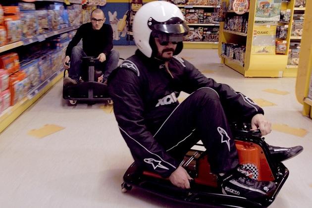 【ビデオ】電動小型カート「Crazy Cart」に乗り、閉店後の「トイザらス」でドリフト!