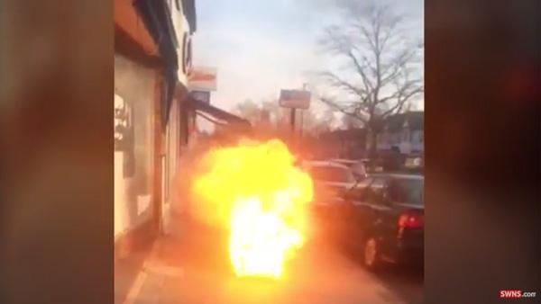 恐怖!街中のマンホールから突然、巨大な炎が吹き出す!【動画】