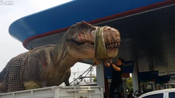 2016年のバンコクに恐竜が出現!?重体に巻き込まれたティラノサウルスがネット上で話題に【動画】