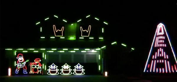 スリップノット「Psychosocial」の音楽にのせて家のクリスマス電飾をバチバチ動かす!【動画】