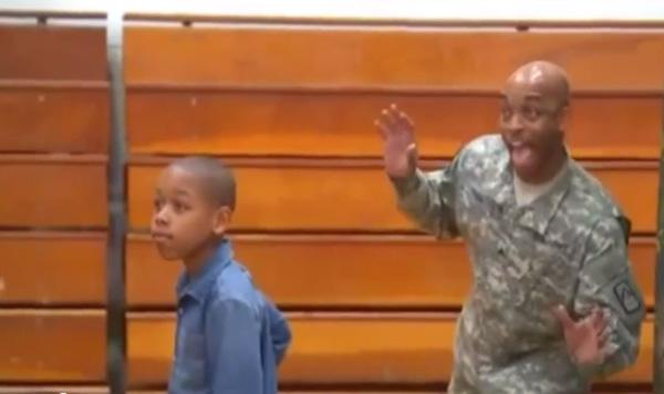 戦場にいるはずの親父、息子に写真撮影に「フォトボム」 サプライズ再会が泣ける