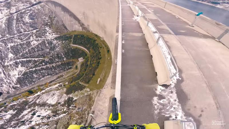 【閲覧注意】下は200mの絶壁・・・自転車でダムの手すりを走行する心臓に悪い映像