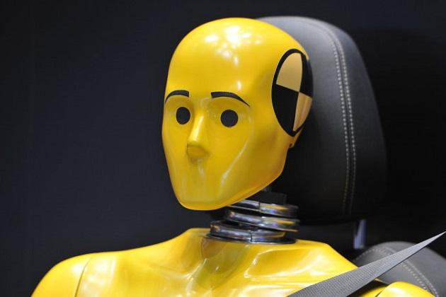 米国運輸省道路交通安全局が、ついにリアシートに衝突テスト用ダミー人形を設置