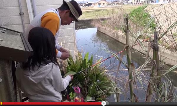 小3女の子が65cm「用水路の主」を釣り上げる! おじいちゃんとのほのぼの動画が話題