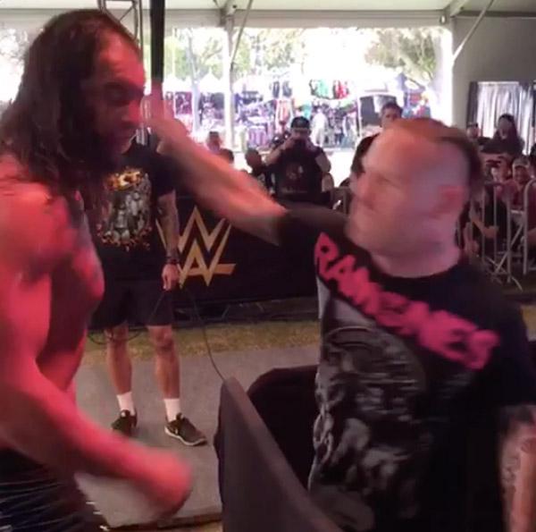 SLIPKNOT(スリップノット)のフロントマン・コリィ、WWEレスラーに絡まれて怒りのビンタを一撃!【動画】