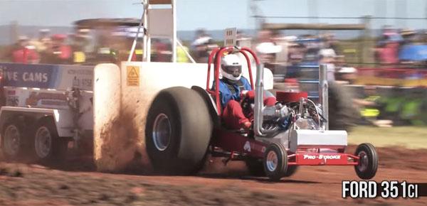 魔改造トラクターが大集合!オーストラリアの異色ドラッグレースが規格外すぎる【動画】