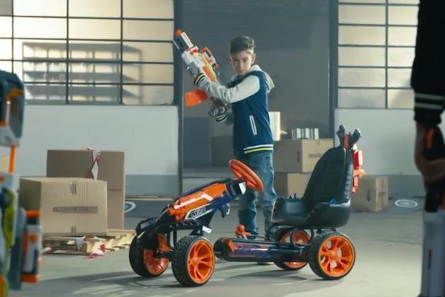【ビデオ】子供を近所の最強戦士にしたいなら! このペダルカー「ナーフバトルレーサー」を買い与えよう