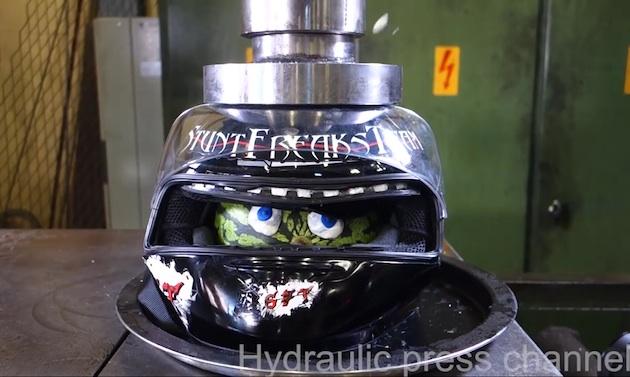 【ビデオ】なぜか心を奪われる!? エンジンやヘルメットが油圧プレス機で潰される映像
