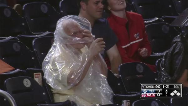雨ガッパがどうしても着れないお爺ちゃん、全米に中継されて話題にwww【動画】