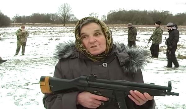 68歳のおばあちゃんがウクライナ軍に志願、機関銃を構える姿がカッコよすぎると話題に
