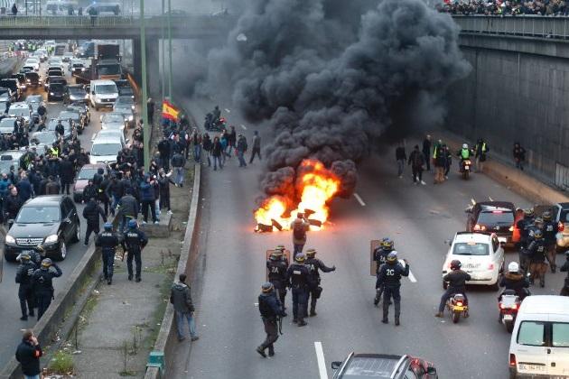 Uberに怒るフランス人タクシードライバーたちが抗議でパリの道路を封鎖