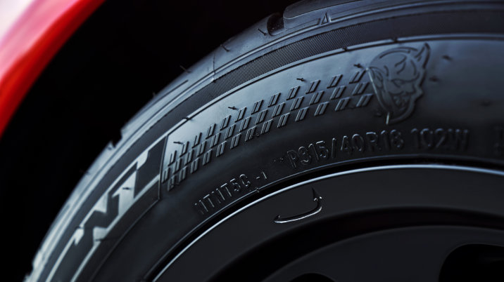 【ビデオ】ダッジ、「チャレンジャー SRT デーモン」に装着されるギリギリ公道走行可能な専用タイヤを公開