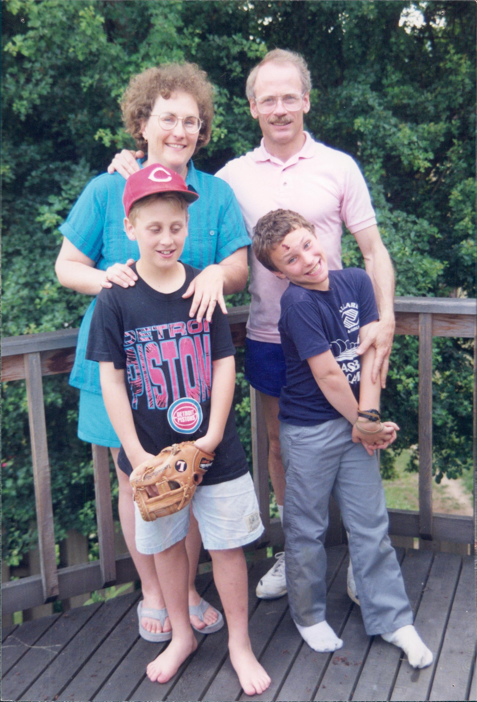 C'est moi avec ma famille quand j'avais 9 ans. Mes parents disent encore aujourd'hui qu'ils n'avaient aucune idée que j'étais gai. Comme ils sont gentils.