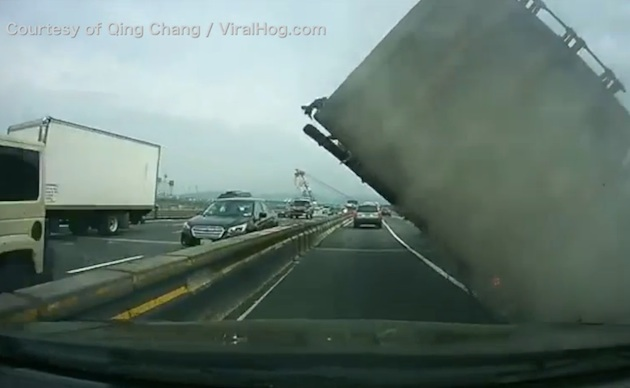 危うくトレーラーの下敷きに! 後続車のドライバーが間一髪で事故を回避